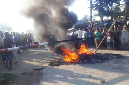Assam students' bodies stage protest by burning tyres along Assam-Arunachal border against alleged custodial death of Assamese youth in Arunachal Pradesh. Photo by Laxman Sarma.