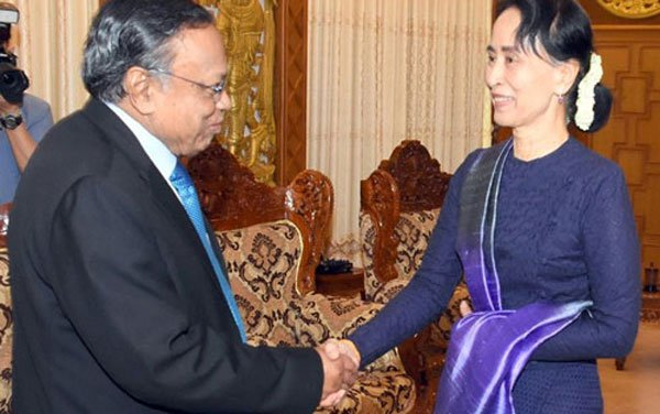 State Counsellor Aung San Suu Kyi greets Bangladesh foreign minister A H Mahmood Ali after signing of MOU on refugees. Photo by MIZZIMA NEWS