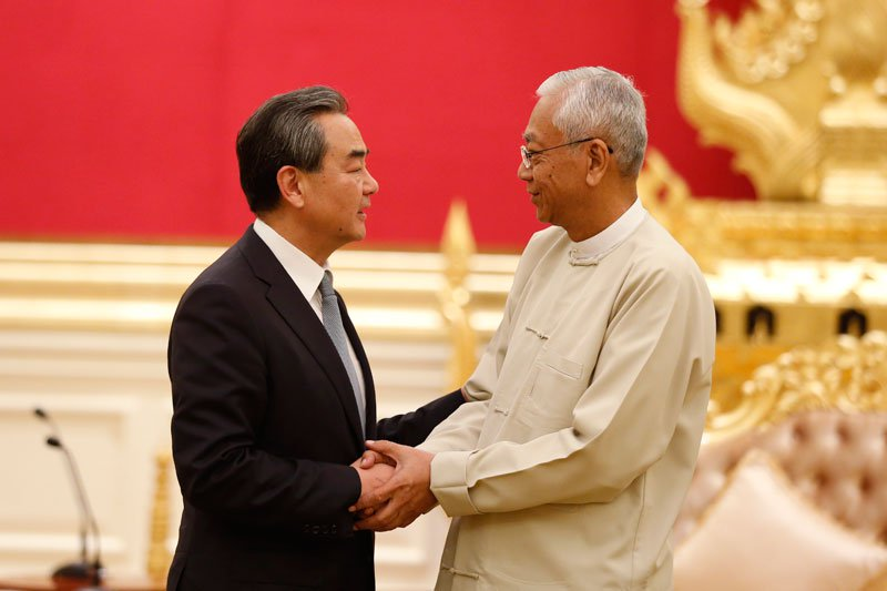 China's Foreign Minister Wang Yi (L), shakes hand with Myanmar's President Htin Kyaw (R) during their meeting at the Presidential House in Naypyitaw, Myanmar, November 19, 2017. Photo: Hein Htet/EPA-EFE