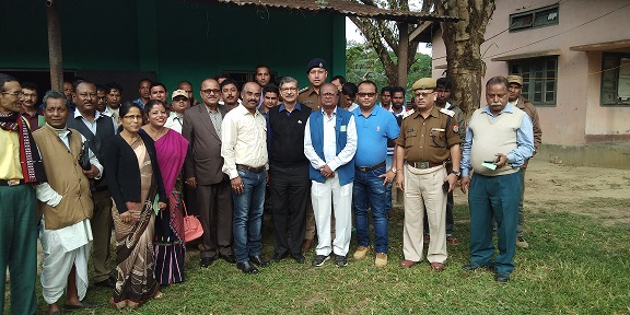 Digboi citizens with SPAC chairman Justice (retired) Brojen Prasad Katakey. Photo by Laxman Sarma