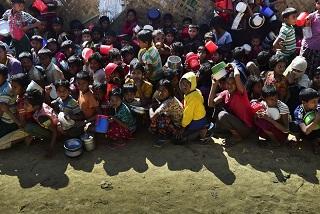 Rohingya-refugees-waiting-for-food-aid-at-Thankhali-refugee-camp