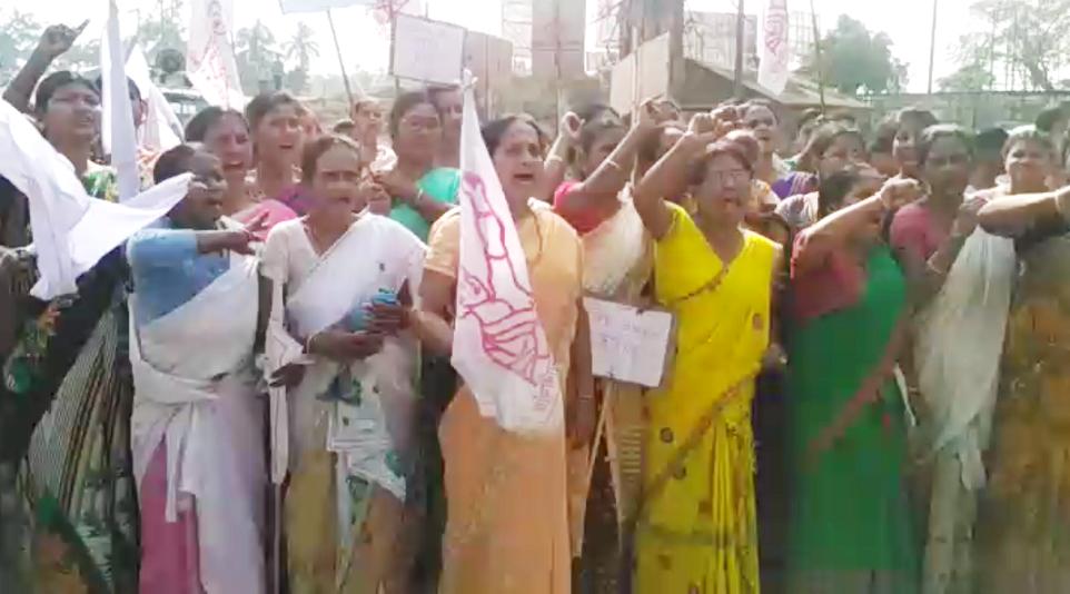 Members of AIDWA protest demanding arrest of a minor's rapist.