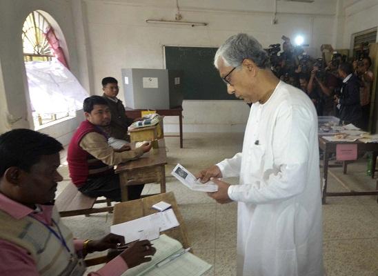File photo: Tripura Chief Minister Manik Sarkar cast their votes during Tripura Assembly Election at Agartala on 18-02-18.  UB photos