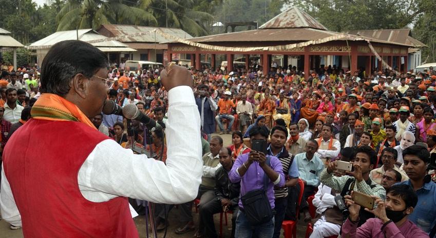 Former Jharkhand CM Arjun Munda addressing a gathering at Kailashar Kurti Kadamtala constituency in favour of BJP candidate. Photo: Panna Ghosh