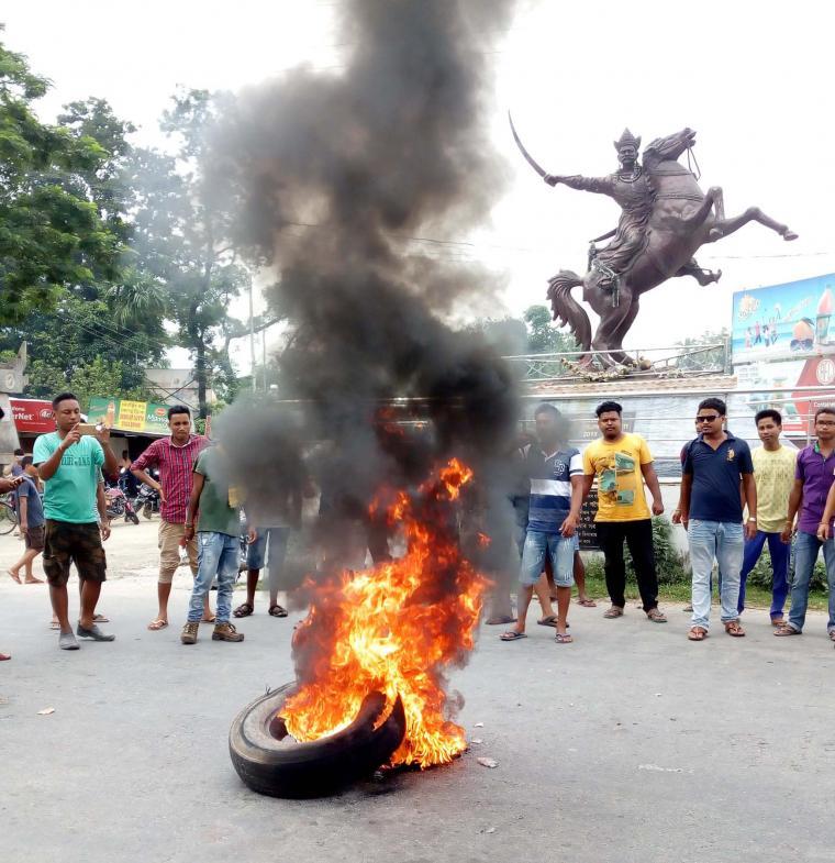07-09-17 Abhayapuri- AKRASU protest burn tyre