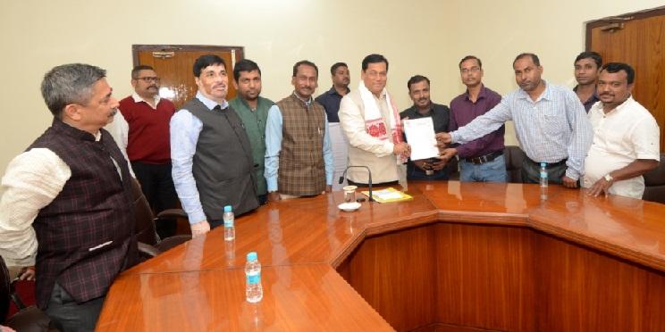 Chief Minister Sarbananda Sonowal receiving memorandum from the representatives of All Assam Bengali Youth Students' Federation at Assam Legislative Assembly.