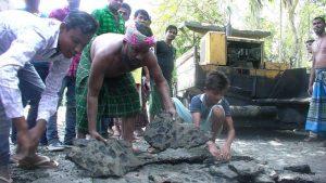 Locals allege sub-standard construction of Jhagrarpar-Gauripur road in Dhubri 1