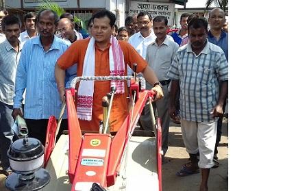 Mangaldai MLA Gurujyoti Das distributing power tiller to a farmer. Northeast Now