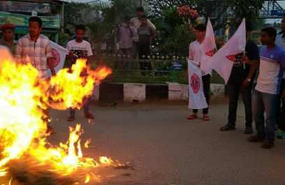 Diphu regional unit of AASU burning the effigy of MLA Numal Momin in front of the Post Office at the Traffic Point in Diphu market on Thursday. Northeast Now