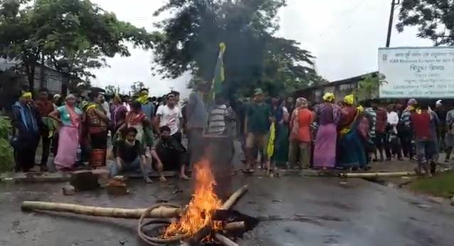 The IPFT agitators burning tyres on roads and raising Twipraland slogans on June 11, 2018. Photo: Pinaki Das