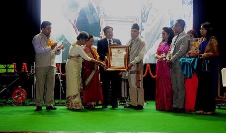 Sikkim CM Pawan Chamling conferring the first Rashmi Prasad Allay Puraskar to noted Nepali litterateur KN Sharma at Gangtok on August 31, 2018. Photo: Sagar Chhetri