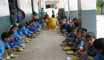 Midday_Meal_Scheme_children_at_primary_school