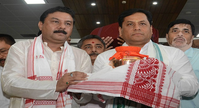 Assam Chief Minister Sarbananda Sonowal receiving the urn containing the ashes of former Prime Minister Late Atal Bihari Vajpayee from State BJP President Ranjeet  Dass at LGBI Airport on in Guwahati on 22-08-18. Picture: UB Photos