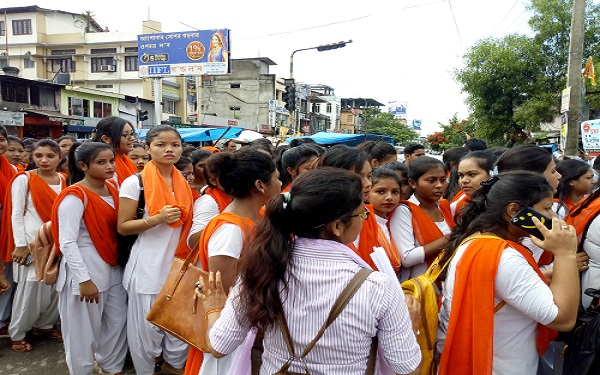 Hundreds of Akhil Bharatiya Vidyarthi Parishad members protesting at Thana Chariali on Wednesday against alleged assault on their leader during college election campaign by AASU members. Photo: Northeast Now