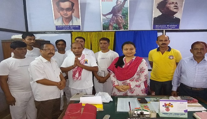 Life convict Arupjyoti Deka,who topped BPP exam under KKHSOU,  being greeted with a gamosa by Principal, DIET, Darrang Madhab Sarma in presence of other rank holders and senior jail officials on August 22, 2018. Photo: Mayukh Goswami