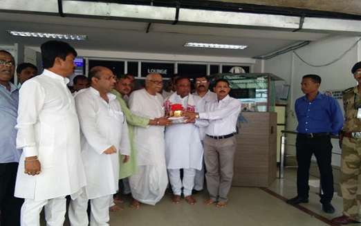 Minister Parimal Shuklabaidya, former union minister Kabindra Purkayastha and BJP leader Mission Ranjan Das receiving the urn containing ashes of Late Atal Bihari Vajpayee at the Silchar airport on August 23, 2018. Photo: Northeast Now