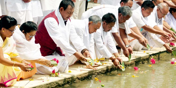 Deputy Chief Minister Yumnam Joykumar Singh led the people offering Tarpan to the departed freedom fighters at Khongjom River in Manipur on wednesday DIPR FOTO