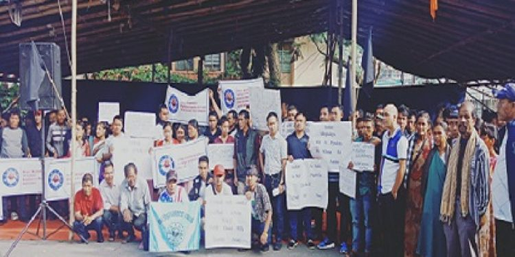 KSU and villagers of Khlieh Umwang village in Ri Bhoi district bordering Assam staging sit-in-protest on Wednesday in Shillong against the recent murder of a person. Photo: Northeast Now