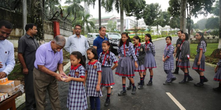 Arunachal Governor BD Mishra interacting with school children