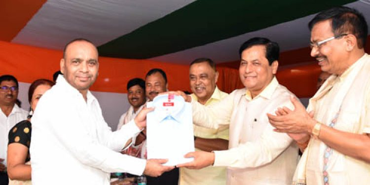 Sonowal gifts khadi clothes to government employees