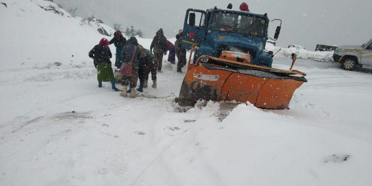 Arunachal: Heavy snow fall at Sela pass hampers traffic movement