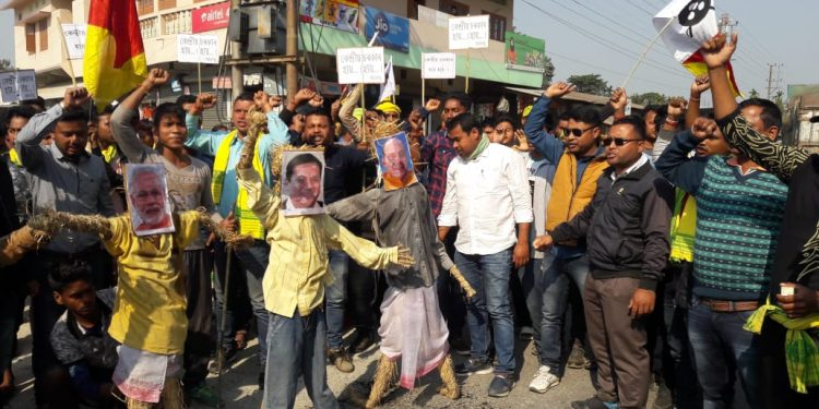Assam: AKSRU burnt effigies of PM, HM & CM for failing to fulfill demands