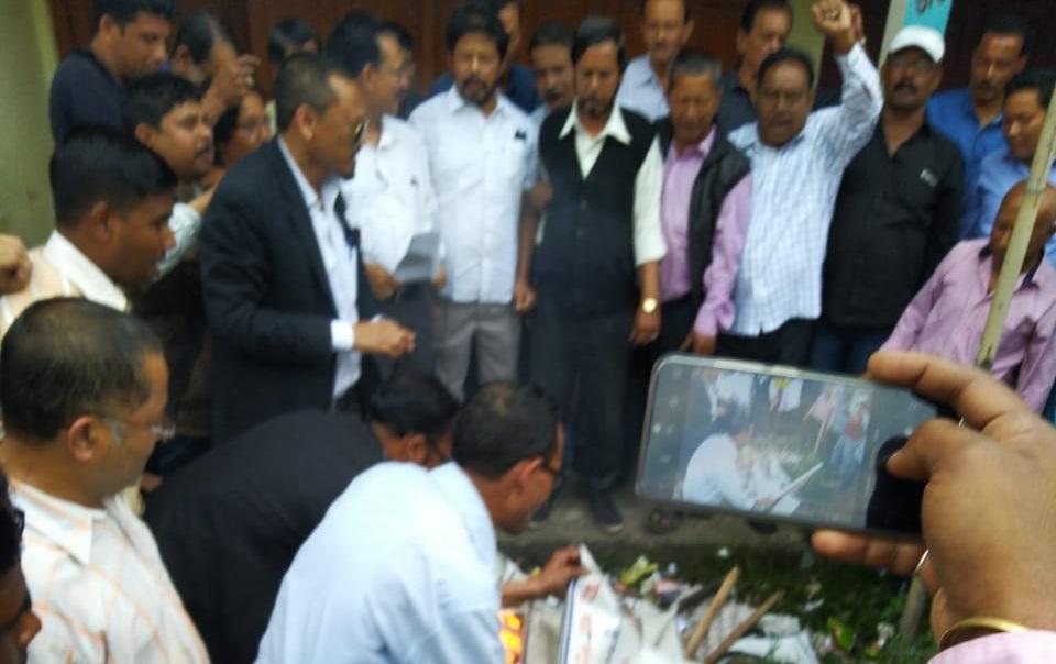 Angry AGP workers in Jorhat burn posters of their leaders 3