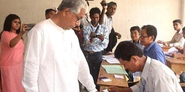 11-04-19 Agartala- Manik Sarkar casting her Votes (2)