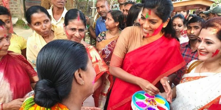 Keerthi Jalli with the women of Hailakandi during a voters' awareness programme last month during 'Holi' at the district Image Credit: twitter.com/dc_hailakandi