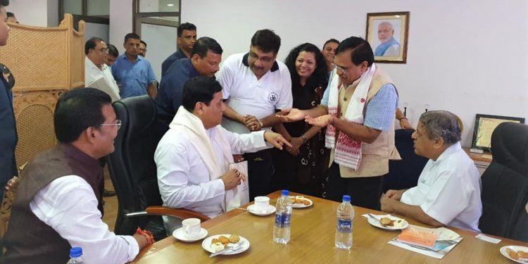 Assam chief minister Sarbananda Sonowal interacting with Prof. T G Sitharam, director IIT Guwahati.