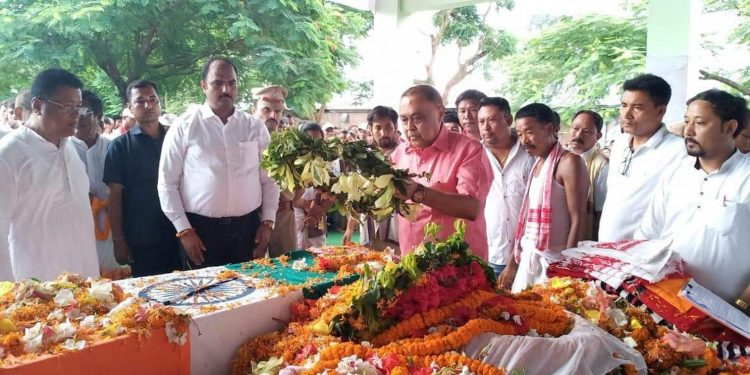 Assam minister Ranjit Dutta along other dignitaries paying their last tributes to Tabu Taid. Image: Northeast Now