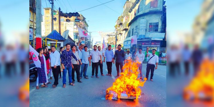 AASU Lakhimpur unit burning the effigy of Assam CM Sarbananda Sonowal on Saturday. Image: Northeast Now