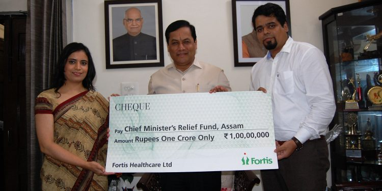 Fortis team led by Jasrita Dhir and Tituraj Kashyap Das handing over the cheque to Assam CM Sarbananda Sonowal