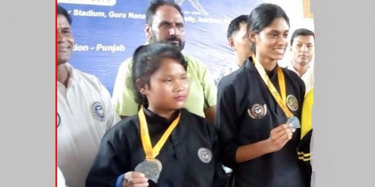 Lucky Das (centre) displaying her gold medal