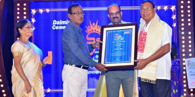 Abahan Theatre producer Krishna Roy being presented mobile theatre award. (File image)