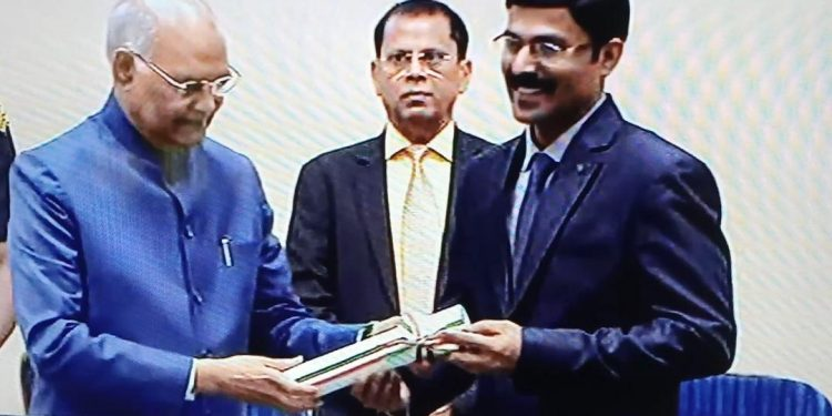 Principal of Jawahar Navodaya Vidyalaya (JNV), Udmari, P Rajesh, of Assam's Darrang district receiving his award from President Ram Nath Kovind on September 5, 2019 in New Delhi