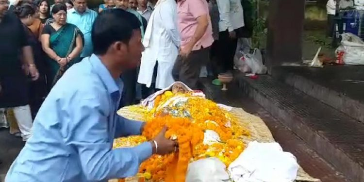 Mortal remains of former Assam DGP Khagen Sarma reaches Nabagraha crematorium. Image: Northeast Now