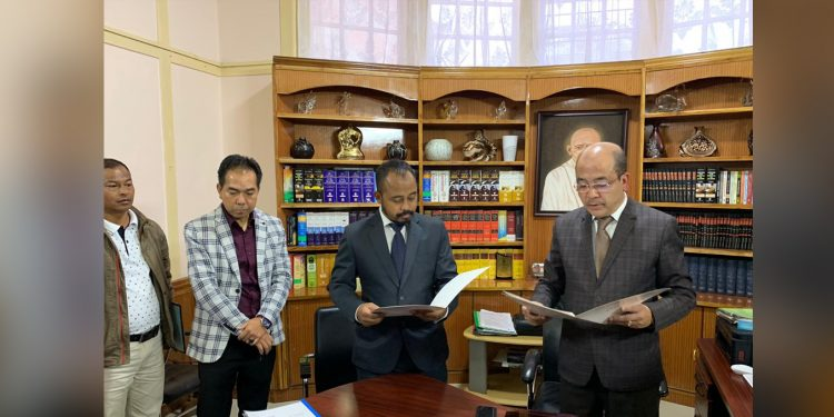 Balajied Synrem (left) administered the oath by Speaker Metbah Lyngdoh. Image: Northeast Now
