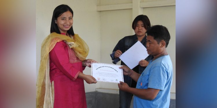 Textile and handicrafts assistant director Naz Pertin giving away certificates. Image: Northeast Now