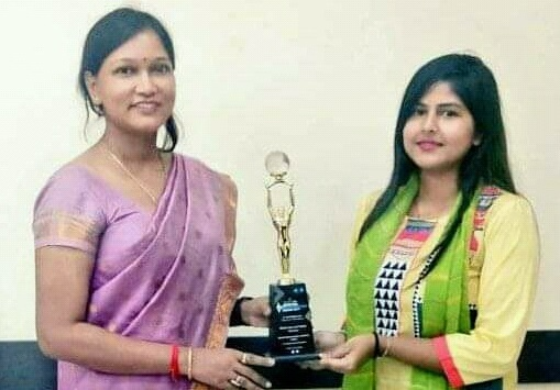 Varnali Deka, deputy commissioner of Goalpara district and Suprava Roy, District Information and Public Relations Officer displaying award in Goalpara. Image: Northeast Now