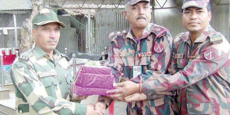 BGB and BSF personnel along the India-Bangladesh border in Hili exchange sweets on Monday. Image credit: Dhaka Tribune