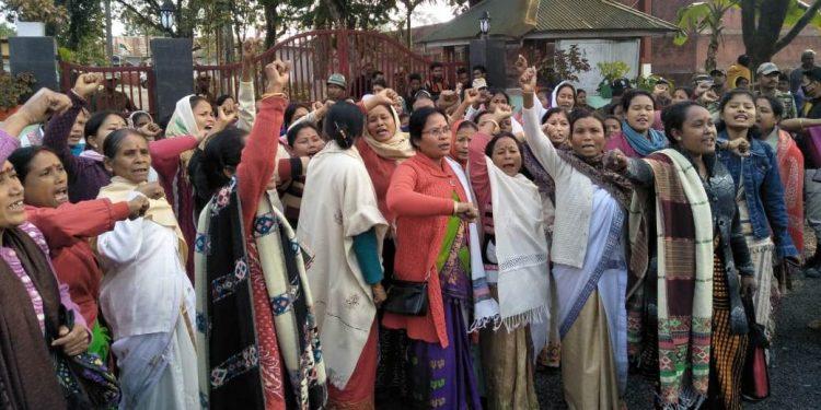 Nari Mukti Sangram Samiti gheraoed Dibrugarh jail demanding release of the KMSS leader.