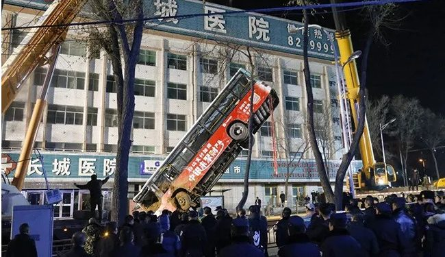 China: Bus drops into sinkhole, 6 killed, 10 missing 1