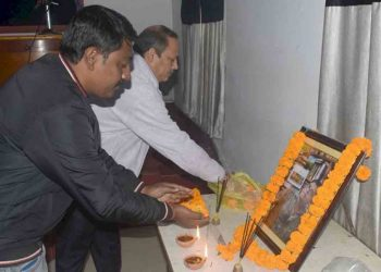 Scribes paying tributes to Naresh Mitra. Image: Northeast Now