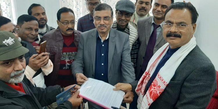 Citizens of Dhubri submitting memorandum to Chandra Mohan Patowary. Image: Northeast Now