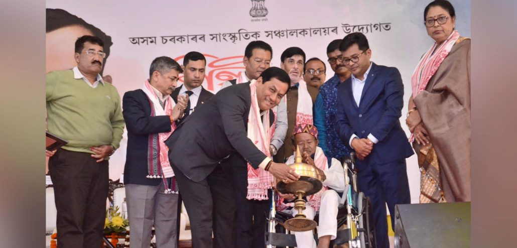 Assam CM Sonowal presenting the Silpi Award to Gopinath Sinha. Image credit: Twitter