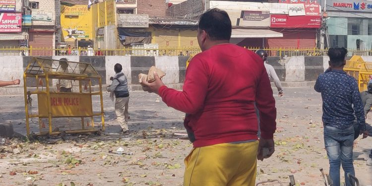 Several incidents of violence and stone-pelting were reported from interiors of localities such as Jaffarabad, Brahmapuri, Maujpur. Image: twitter