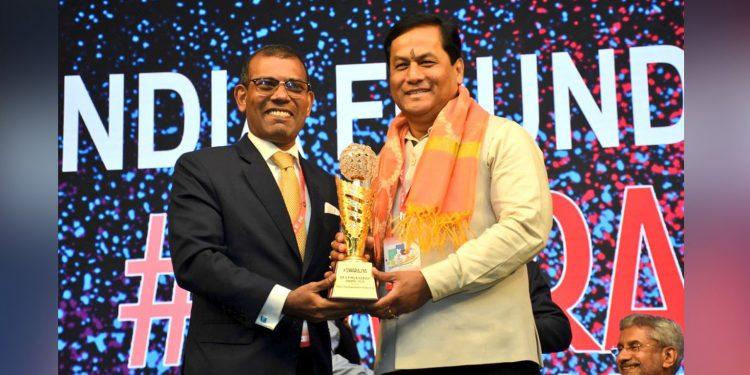 Assam CM Sarbananda Sonowal receiving Dr Syama Prasad Mukherjee Award from Speaker of People's Majlis of Maldives Mohamed Nasheed. Image credit: Twitter