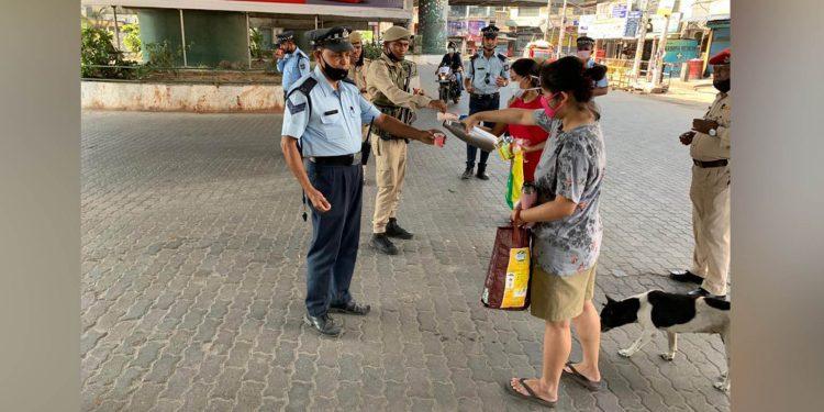 Guwahatians serving tea to policemen. IImage Twitter