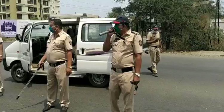 Maharashtra cop singing song urging people to stay indoors. Image source: Twitter